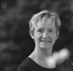 Sabine-Bartsch-Portrait-graustufen@2x
